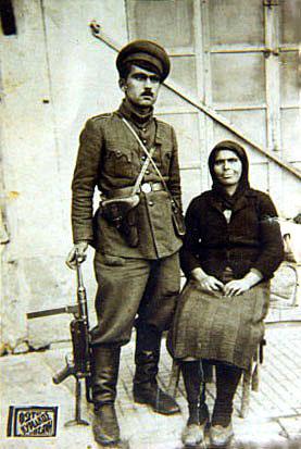 Διμοιρίτης του Αρχηγείο Σινιάτσικου του ΕΛΑΣ. Γεννήθηκε στα Μούζενα του Πόντου το 1923. Πρόσφυγας έπειτα στα Λιβερά Κοζάνης. Έλαβε ηρωικά μέρος κατά την, αποτυχούσα, πρώτη απόπειρα των ανταρτών να καταλάβουν μόνοι τους την Κοζάνη τέλη Σεπτεμβρίου 1944. Φυλακίστηκε μεταπολεμικά. Τη στρατιωτική του θητεία, 1948- 1950, την εκπλήρωσε αρχικά στη Μακρόνησο κι έπειτα στην Καστοριά. Εικονίζεται με τη μητέρα του φορώντας στολή, ληφθείσα από Βούλγαρο αιχμάλωτο, που οι Νοτιοσέρβοι είχαν αποστείλει στη Φλώρινα. Κρατά γερμανικό αυτόματο στάγιερ.