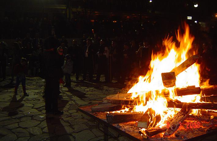 Φανός στην πλατεία του χωριού το Μάρτη του 2008. Διακρίνεται η τεράστια φανοδόκη, όπου καίγονται διάφορα είδη ξύλων