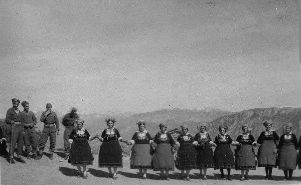 Λαζαρίνες χορεύουν επί Εμφυλίου Πολέμου τον παραδοσιακό χορό τους, φρουρούμενες από τους χωροφύλακες του τοπικού Σταθμού, για να αποσοβηθεί απαγωγή τους από τους αντάρτες του ΔΣΕ