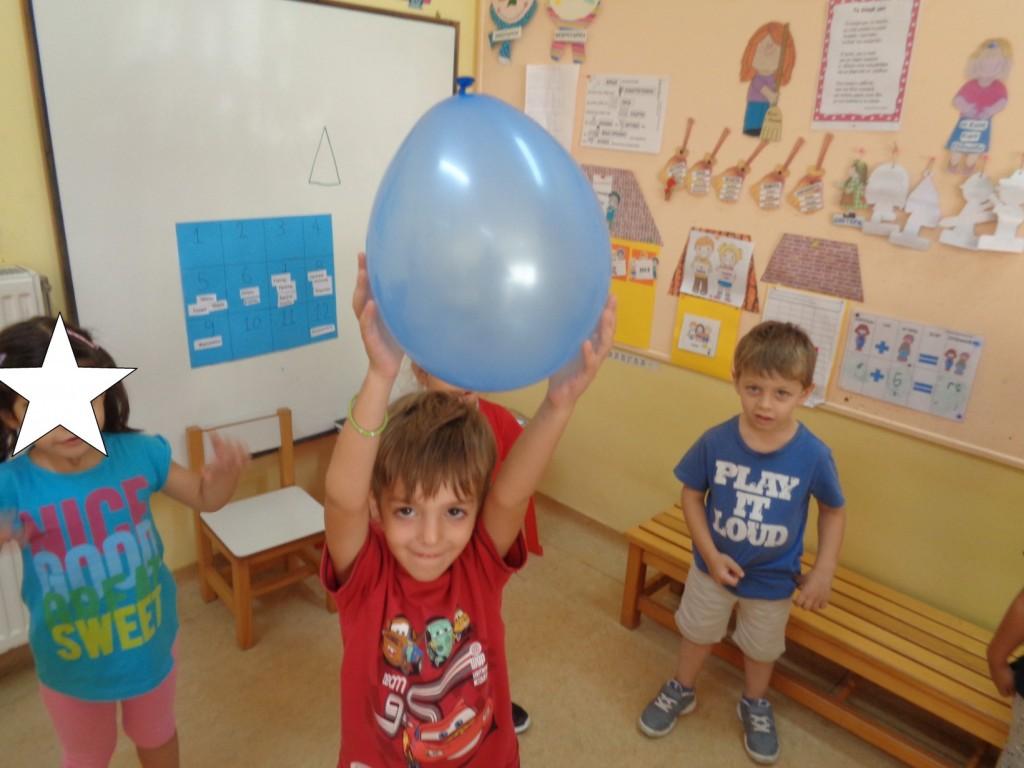 Μπαλονοπαιχνίδια: 1.Πετάμε το μπαλόνι ψηλά και το παιδί που ακούει το όνομα του πρέπει να το πιάσει πριν πέσει κάτω.
