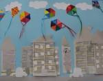 Πολύχρωμοι χαρταετοί πάνω από την πόλη