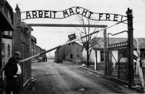 """Στην πύλη του στρατοπέδου Άουσβιτς Ι παραμένει αναρτημένη η επιγραφή """"ARBEIT MACHT FREI"""", δηλαδή """"Η εργασία απελευθερώνει""""."""