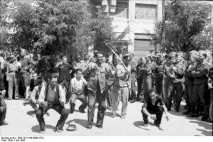 Scherl; Griechenland: In Übereinstimmung zwischen den deutschen und griechischen Stellen werden jetzt die Juden in Griechenland erfasst und einer nutzbringenden Arbeit zugeführt. Kriegsberichter Dick, Juli 1942