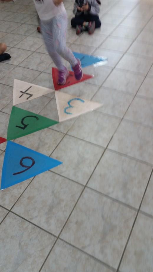 Φτιάξαμε τις κάρτες και παίξαμε κουτσό