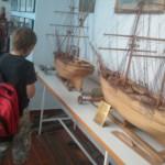Στο Λαογραφικό μΟυσείο Σκοπέλου,θαυμάζοντας τις μινιατούρες-καράβια του κ. Μπουνταλά.
