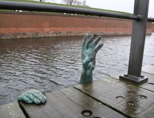 Eπέμβαση ανώνυμου καλλιτέχνη στην Ελσινόρη της Δανίας αφιερωμένη στους πνιγμένους πρόσφυγες.