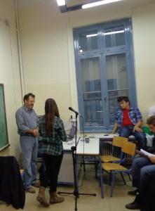 """Ο σκηνοθέτης απαντά σε ερώτηση μαθήτριας για το έργο """"Ξυπόλητο Τάγμα"""""""
