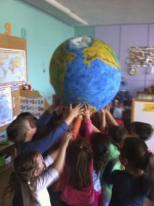 Μη φοβάστε όμως τους δράκους... Τα παιδιά κρατούν τη γη στα χέρια τους!