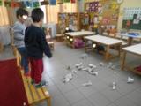 Παίξαμε ένα κινητικό παιχνίδι όπου ο σεισμός διαρκούσε όση ώρα έπεφταν οι εφημερίδες και τα παιδιά κρύβονταν κάτω από τα θρανία