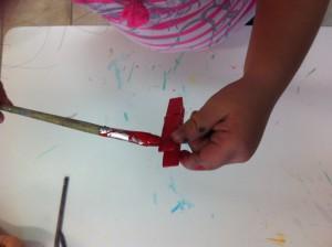 Αρχικά βάφουμε τα ξύλινα μανταλάκια.