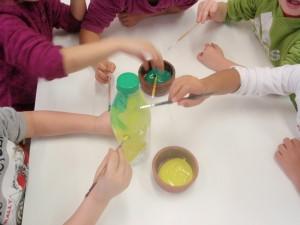 Κι αρχίσαμε να βάφουμε τα μπουκάλια σε μικρές ομάδες...Οχι σε έντονα χρώματα, γιατί θα τρομάξουν!Ας τα βάψουμε τότε πράσινα....