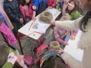 Η κυρία Ιφιγένεια και η κυρία Άντα μας περίμεναν με πλατιά χαμόγελα! Η κ.Ιφιγένεια μας είχε μια έκπληξη! Δυο αληθινές φωλιές πουλιών από το δάσος!!