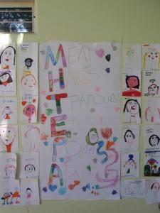 Τα παιδιά του ολοήμερου ετοίμασαν μια μεγάλη αφίσα με την λέξη ΜΗΤΕΡΑ...