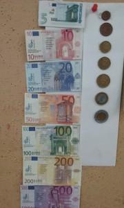 Ευκαιρία για μαθηματικά.... Αν στο 1 βάλω δίπλα ένα μηδέν; Αν βάλω δύο μηδενικά; Ποιους αριθμούς φτιάχνω; Μπορώ να αναγνωρίσω τους αριθμούς πάνω στα χρήματα;
