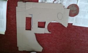 1. Κόψαμε διάφορα  σχήματα: τρίγωνα, ορθογώνια και κύκλους αφού πρώτα τα σχεδιάσαμε στο κουτί της πίτσας.