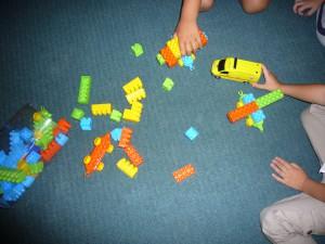 Μαθαίνουν να παίζουν με το οικοδομικό υλικό