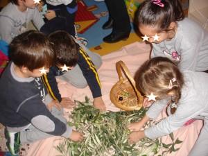 Μετά το ράβδισμα ξεχωρίζουμε τα φύλλα από τον καρπό...