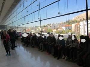 Οι μαθητές μας στο Μουσείο με θέα την Ακρόπολη ύστερα από την πολύωρη ξενάγηση στους δυο χώρους.