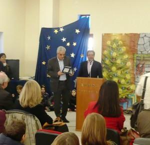 """""""Πρότυπο σχολείου - καινοτομικό και δραστήριο"""". Ο Δήμαρχος Βόλου Πάνος Σκοτινιώτης βραβεύει το Διευθυντή."""