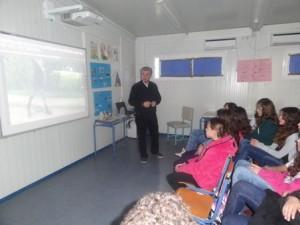 Ο κ. Καρβελάς ενημερώνει τα παιδιά
