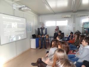 Ο κ. Καρβελάς ενημερώνει τους μαθητές
