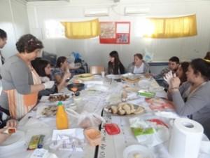 Ετοιμασία παραδοσιακού ελληνικού γεύματος στην τάξη. Η καθηγήτρια...επί το έργον...