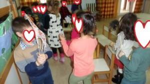 τα παιδιά παίζουν με τις φιγούρες
