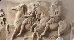 Ο λίθος ΙΧ της δυτικής ζωφόρου. Δύο ιππείς σε καλπασμό.