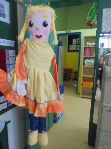 Η κούκλα της τάξης είναι η αρωγός στο εκπαιδευτικό μας έργο. Αυτή αφουγκράζεται τις ανησυχίες των παιδιών. συμμετέχει στα παιχνίδια τους χαίρεται μαζί τους και αυτό συμβάλει στην ψυχική αποφόρτιση των παιδιών.