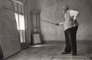 Henri Matisse drawing with a bamboo pole tipped with charcoal, Cimiez (Nice), August 1948.