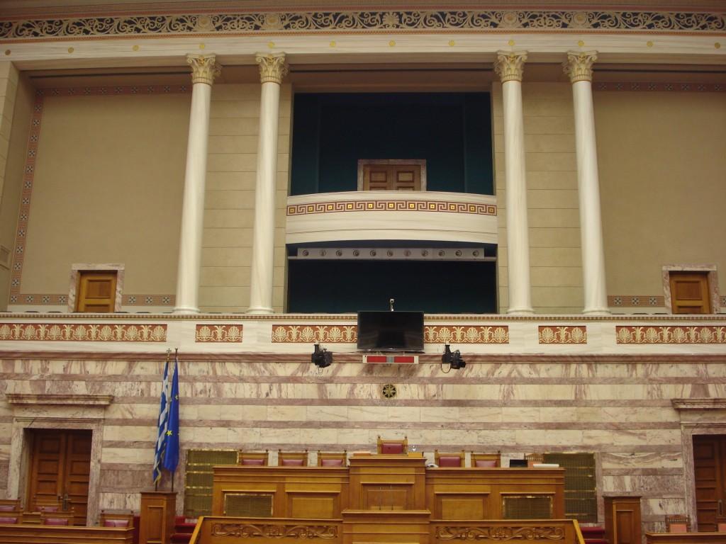Τα έδρανα του Προεδρείου της Βουλής και το θεωρείο του Προέδρου της Δημοκρατίας.