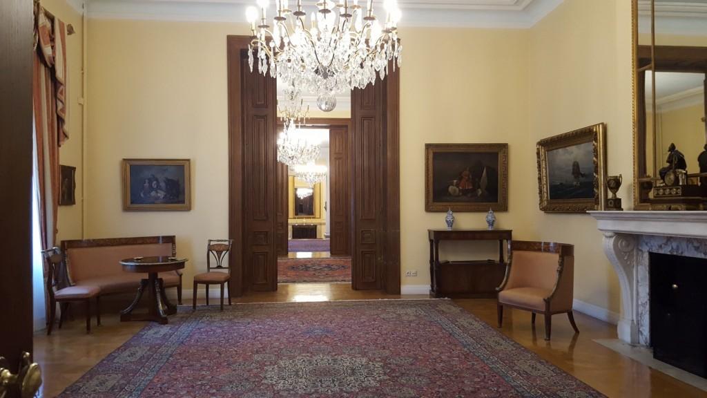 Η αίθουσα αναμονής ακροάσεων στο ισόγειο, αριστερά της κυρίας εισόδου.