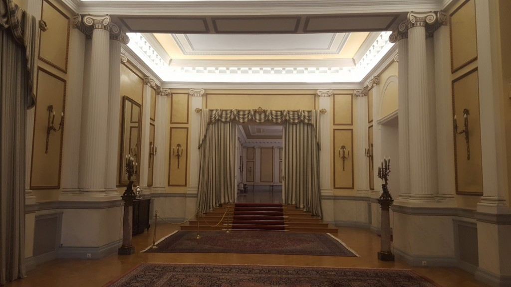 Η αίθουσα διαπιστευτηρίων και στο βάθος η μεγαλύτερη αίθουσα δεξιώσεων άνω των 500 τετραγωνικών μέτρων. Αποτελούν και οι δύο προσθήκη στο αρχικό κτήριο και ανεγέρθηκαν με χρονική απόσταση 50 περίπου ετών.