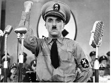 Ο Τσαρλς Τσάπλιν ως «Ο μεγάλος δικτάτορας» (1940). Οποιαδήποτε σχέση με πρόσωπα ή πράγματα δε θα πρέπει να θεωρηθεί συμπτωματική.