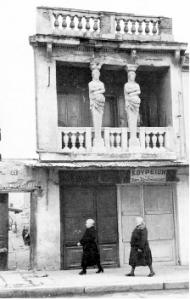 Το σπίτι με τις Καρυάτιδες στην Πλάκα. Φωτογραφία του Α. Καρτιέ-Μπρεσόν (Αθήνα, 1953).