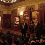 Μαθητές και δάσκαλοι παρακολουθούν την ξεναγό της Βουλής