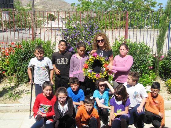 Πρωτομαγιά -Μπροστά στον Κήπο του Σχολείου μας