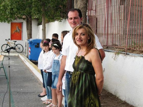 Η κ Εζανίδου Γιώτα , ο κ Χρίστος Κωτσόπουλος με τους μαθητές της χορωδίας.
