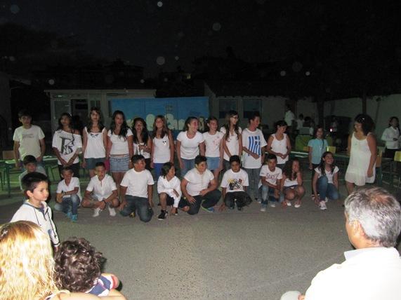 Οι μαθητές της Πέμπτης και της Έκτης τάξης σε αναμνηστική φωτογραφία μετά το θεατρικό που παρουσίασαν.