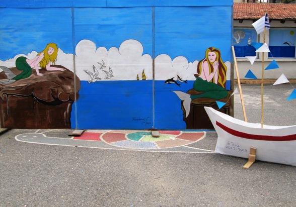 το σκηνικό της εκδήλωσης μας ζωγραφισμένο στο χέρι από τον κ. Τσικαλάκη την κ, Εζανίδου και μαθητές του σχολείου μας