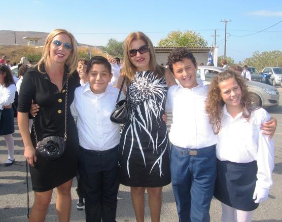Η  κ. Γιώτα και η κ. Πένυ με μαθητές του Σχολείου μας
