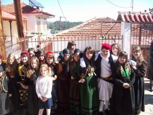 Μαθήτριες και μαθητές με παραδοσιακές στολές