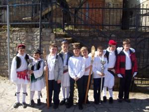 Μαθητές του σχολείου μας με παραδοσιακές στολές.