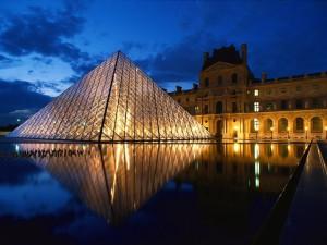 Pyramid-at-Louvre-Museum-Paris-France_1600x1200