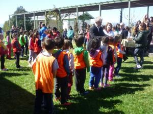 Ο Διευθυντής της Πρωτοβάθμιας Εκπαίδευσης Πέλλας κ. Τσαλικίδης Νικόλαος  επιβραβεύει  τους μικρούς μαθητές με τον κότινο