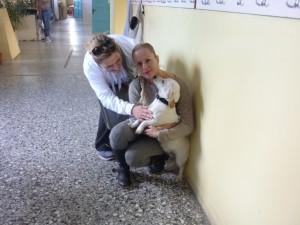 H πρόεδρος του Συλλόγου Ζωόφιλων Γιαννιτσών κ. Γέργου Άννα με τη συνεργάτιδά της και μέλος του Συλλόγου κ. Λίνα, μαζί με την Ήρα το σκυλάκι του σχολείου μας.
