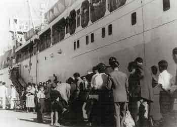 Μετανάστες επιβιβάζονται στο πλοίο για τις ΗΠΑ