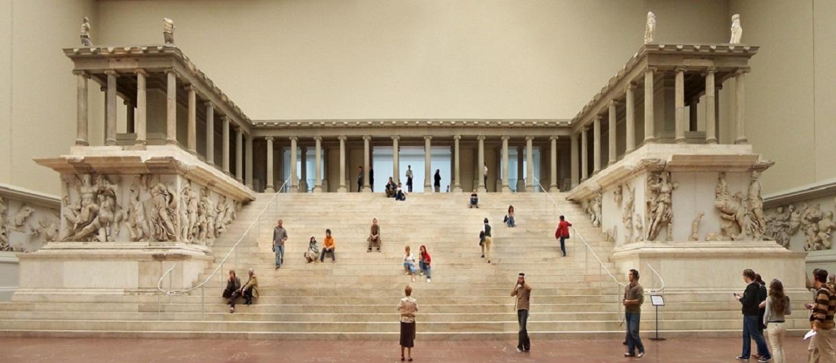 O βωμός του Δία στην Πέργαμο, ένα από τα εφτά θαύματα του κόσμου (αναπαράσταση του βωμού στο Μουσείο της Περγάμου στο Βερολίνο).