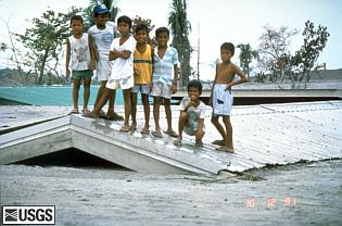 pinatubo91_children_lahar.jpg