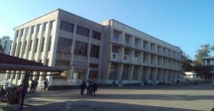 Το κοινοτικό οικοτροφείο και δίπλα διαμερίσματα εκπαιδευτικών